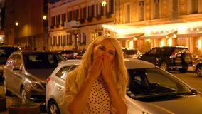 Portret van een meisje op de achtergrond van de nachtstad stock footage