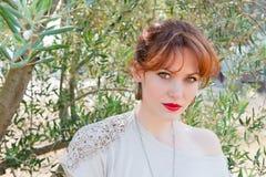 Portret van een meisje op de achtergrond van de olijfboom stock afbeelding