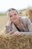 Portret van een meisje op de stapels van tarwe Stock Afbeeldingen
