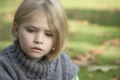 Portret van een meisje in openlucht Stock Afbeeldingen