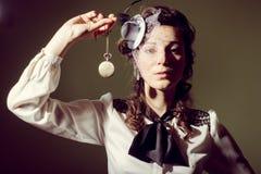 Portret van een meisje in ouderwetse kledingsholding royalty-vrije stock foto