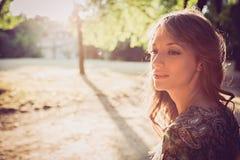 Portret van een meisje in park het glimlachen Royalty-vrije Stock Foto's