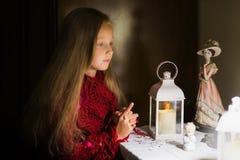 Portret van een meisje in een Russisch chalet Meisje met een kaars thuis royalty-vrije stock foto