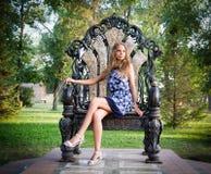 Portret van een meisjeszitting op de troon Royalty-vrije Stock Foto
