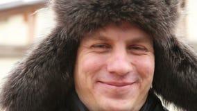 Portret van een mens in de hoed van het de winterbont stock footage