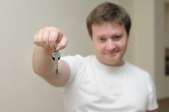 Portret van een mens die de sleutels van zijn huis houdt Stock Afbeeldingen