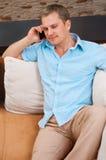 Portret van een mens die een cellphone gebruikt stock afbeelding