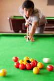Portret van een mens die een poolspel begint stock foto's