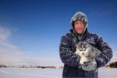 Het Puppy van de Holding van de mens in de Winter royalty-vrije stock afbeelding