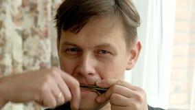 Portret van een mens die een harp spelen De gebaarde medicijnman speelt harmonikadrymba E royalty-vrije stock afbeeldingen