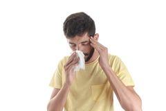 Portret van een mens die met een zakdoek niezen Stock Afbeeldingen
