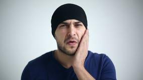 Portret van een mens die tandpijn ervaren Sluit omhoog stock footage