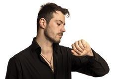 Portret van een mens die zijn horloge bekijkt Royalty-vrije Stock Foto