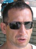 Portret van een Mens die Zonnebril dragen Stock Afbeelding
