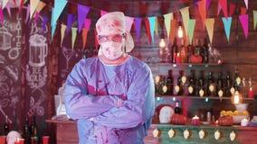Portret van een mens in het kostuum van gekke chirurg met bloed bevlekt voor een Halloween-partij stock footage