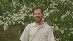 Portret van een mens in het park stock footage