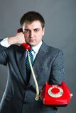 Portret van een mens het spreken telefoon op grijs wordt geïsoleerd die Stock Foto