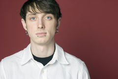 Portret van een mens met doordrongen gezicht Stock Afbeeldingen