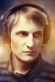 Portret van een mens met hoofdtelefoons Stock Foto's