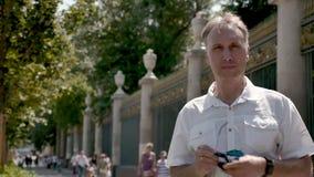 Portret van een mens op middelbare leeftijd in een wit overhemd en zonnebril stock footage