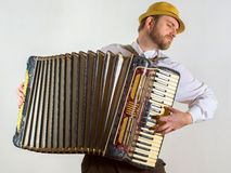 Portret van een mens in strohoed het spelen op harmonika Stock Fotografie