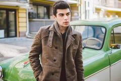 Portret van een model jonge knappe sexy mannelijke donkerbruine kerel met het donkere huid Turkse donkerbruine stellende roken Va stock foto's