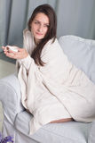 Portret van een model met een kop van koffie Stock Afbeelding