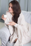 Portret van een model met een kop van koffie Stock Foto's