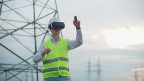 Portret van een moderne mens van de controleur van de ingenieur die de inspectie via virtuele werkelijkheidsglazen en a leiden stock videobeelden