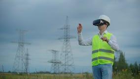 Portret van een moderne mens van de Controleur van de ingenieur die de inspectie via virtuele werkelijkheidsglazen en a leiden stock video