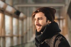 Portret van een moderne mens in de metro Het stadsleven stock foto