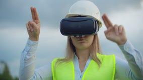 Portret van een moderne vrouw van de Controleur van de ingenieur die de inspectie via virtuele werkelijkheidsglazen leiden en stock videobeelden