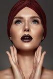 Portret van een modieuze blonde schoonheid Stock Afbeelding