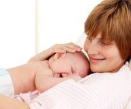 Portret van een moeder die haar pasgeboren baby houdt Royalty-vrije Stock Fotografie