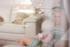 Portret van een moeder en haar meisje thuis Stock Foto's