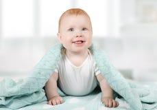 Portret van een mooi babykind zes maanden oud royalty-vrije stock afbeeldingen