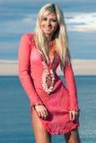 Portret van een mooi blonde op het strand Stock Afbeeldingen
