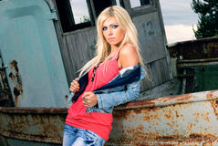 Portret van een mooi blonde op het strand Stock Foto