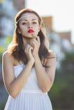 Portret van een mooi donkerbruin meisje in een korte kleding stock foto's