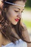 Portret van een mooi donkerbruin meisje in een korte kleding royalty-vrije stock foto's