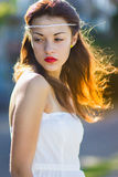 Portret van een mooi donkerbruin meisje in een korte kleding stock foto