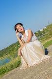 Portret van een mooi donkerbruin meisje in een korte kleding stock afbeeldingen