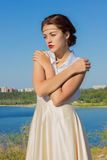 Portret van een mooi donkerbruin meisje in een korte kleding royalty-vrije stock foto