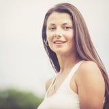 Portret van een mooi donkerbruin meisje openlucht Royalty-vrije Stock Afbeeldingen