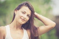 Portret van een mooi donkerbruin meisje openlucht Royalty-vrije Stock Afbeelding