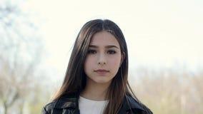 Portret van een mooi etnisch meisje die cameraclose-up bekijken stock videobeelden