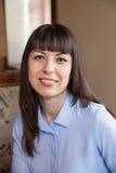 Portret van een mooi glimlachend meisje in een koffie Stock Foto