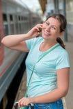Portret van een mooi glimlachend meisje met een telefoon Royalty-vrije Stock Afbeelding