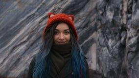 Portret van een mooi hipstermeisje op de achtergrond de rotsachtige klippen Het geverfte haar, blauw, snakt stock footage