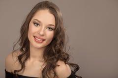 Portret van een mooi jong brunette met lang golvend haar stock fotografie